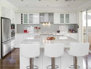 Reformas de interiores: Diseño de la cocina con colores blancos